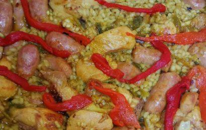 Arroz con pollo y salchichas frescas