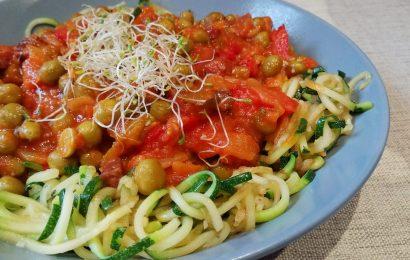 Espaguetis de calabacín con guisantes