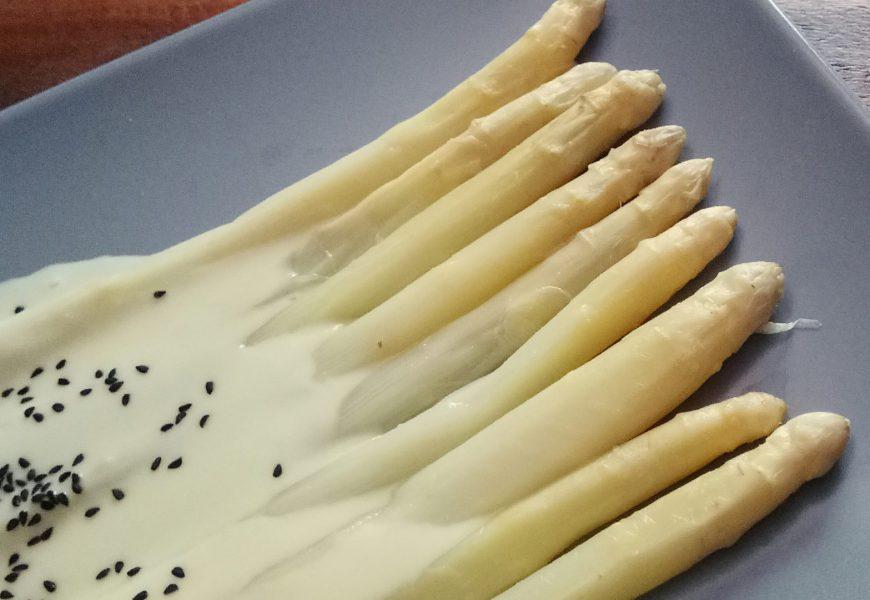 Espárragos blancos con alioli de coco