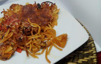 Espaguettis de lentejas rojas con repollo y pimientos