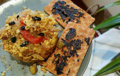 Revuelto de calabacin y tostada con ajo negro