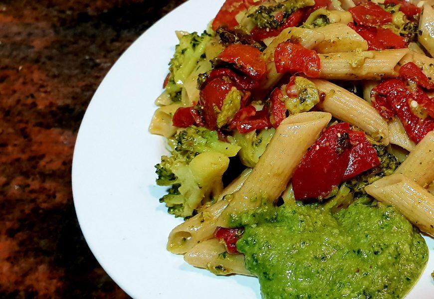 Macarrones de espelta con verduras y pesto de aguacate